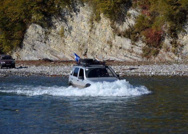 по протежение на реката