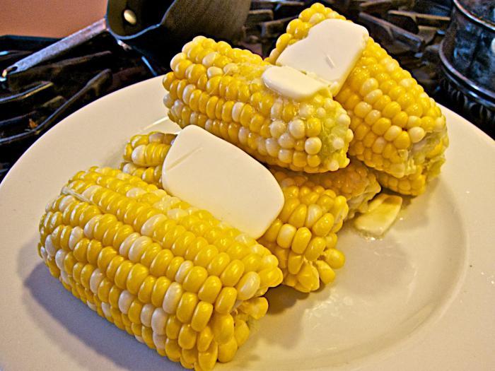 gotować kukurydzę w naczyniu z czerwonego migdału