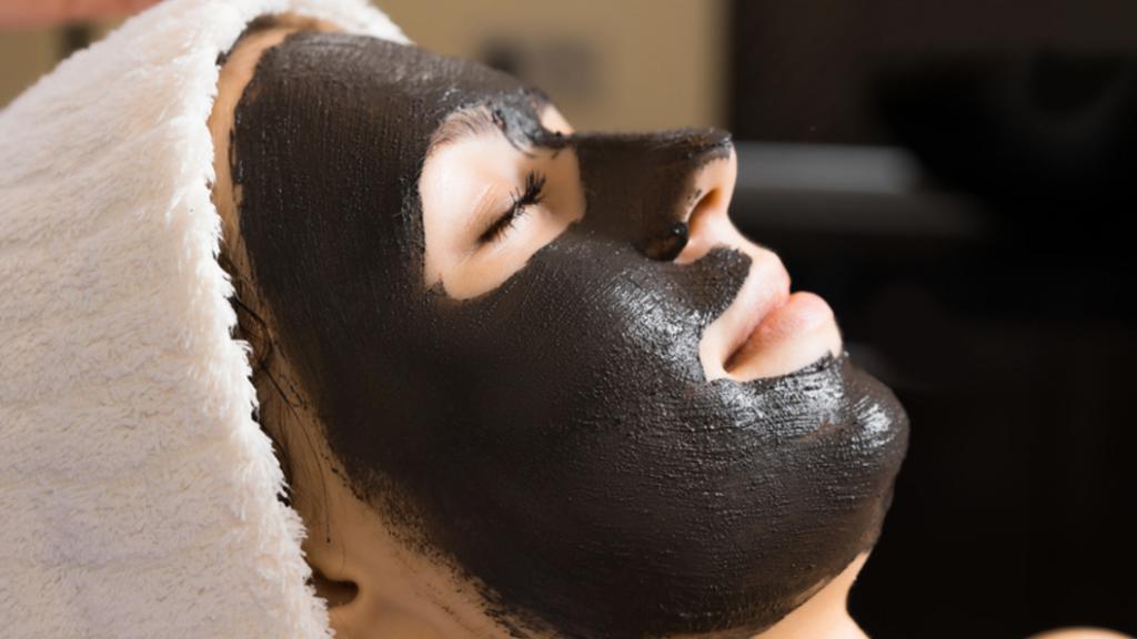 maschera di gelatina e carbone attivo