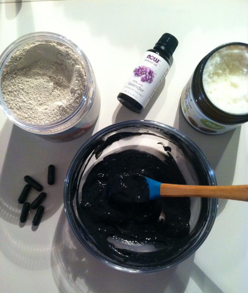 maschera di carbone attivo, argilla e olio essenziale