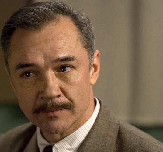 актьорът Евгений Леонов изглажда биографичната снимка
