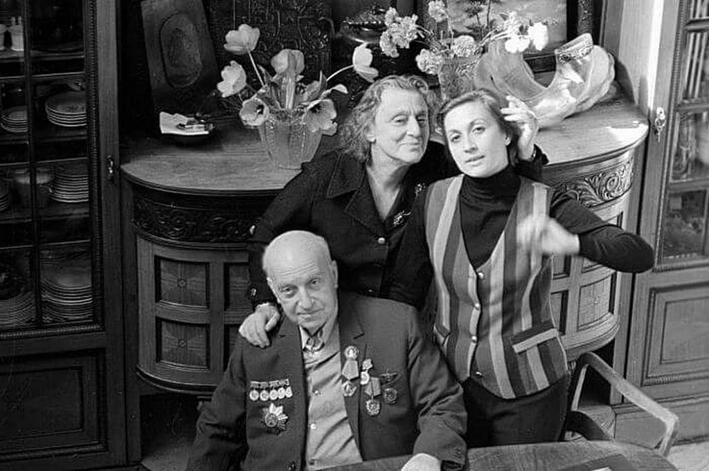 Veriko nella cerchia familiare - con suo marito Mikhail e sua figlia, Sofiko