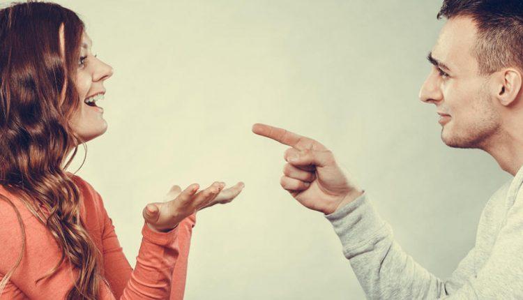 Tip pokazuje prst na djevojku.