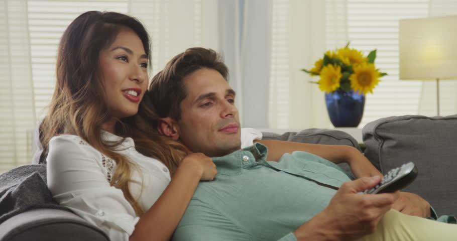 Djevojka i tip gledaju TV.