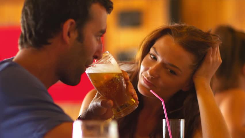 Tip pije pivo s djevojkom.