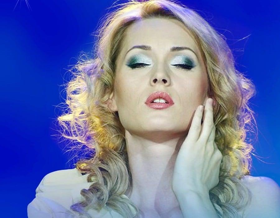 Aida Nikolaichuk canta