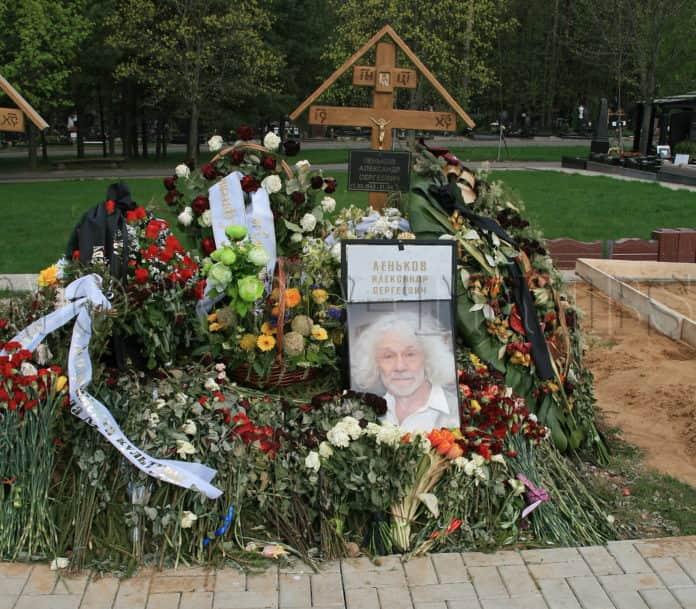гроба на Александър Ленков