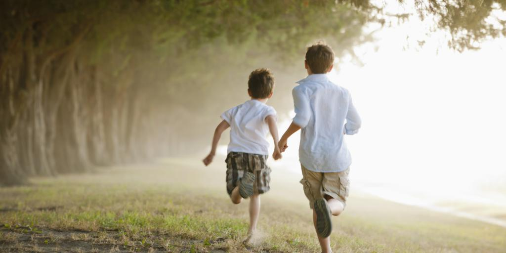 Prijatelji tečejo po travi