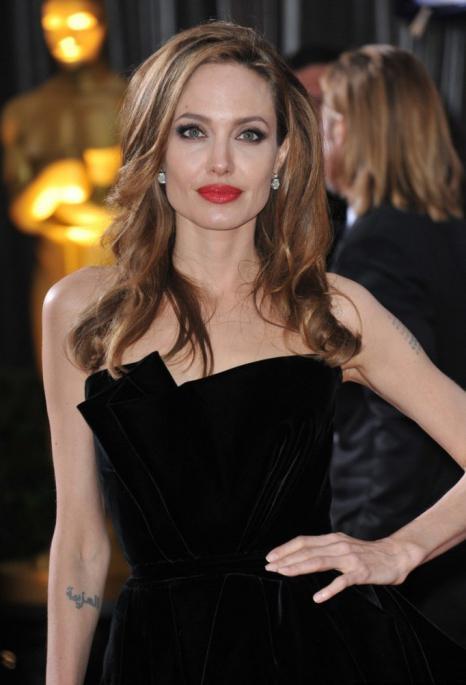 каква е височината и тежестта на Анджелина Джоли