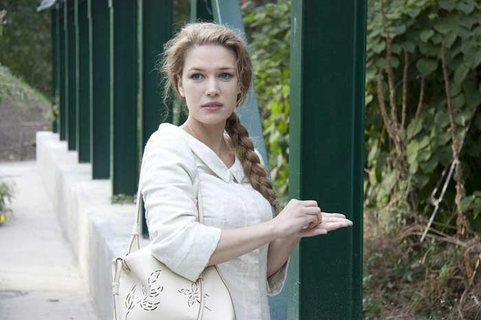 Anya v bílém