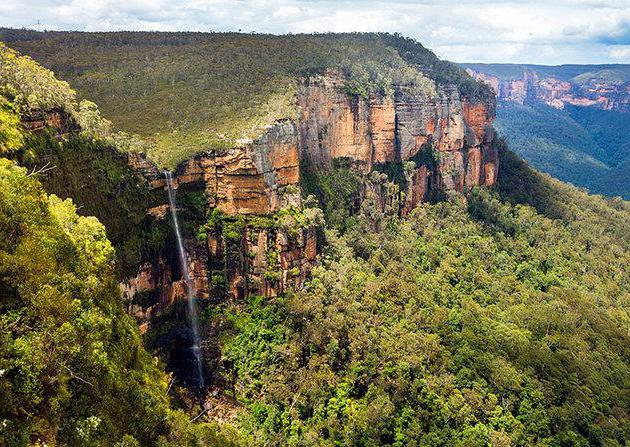 водопад у плавим планинама