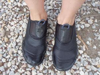 scarpe da nuoto in mare
