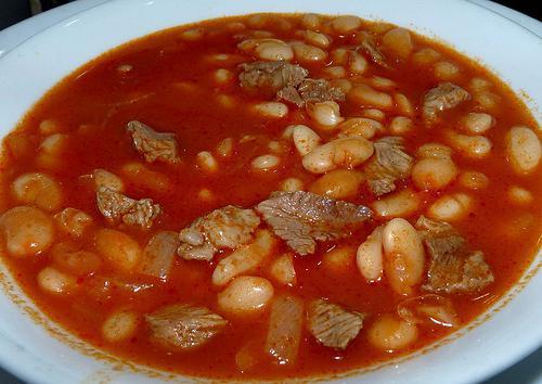 fagioli con carne in un fornello lento