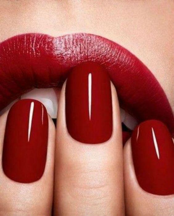 Manicure sotto il vestito rosso