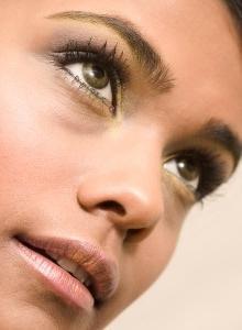 cerchi marroni attorno agli occhi