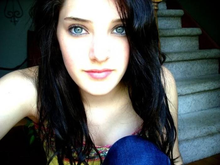 czarne włosy, niebieskie oczy