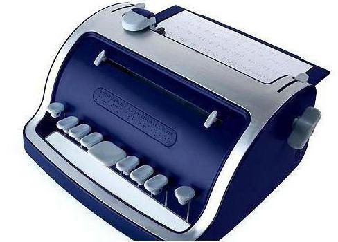 usando una macchina da scrivere braille