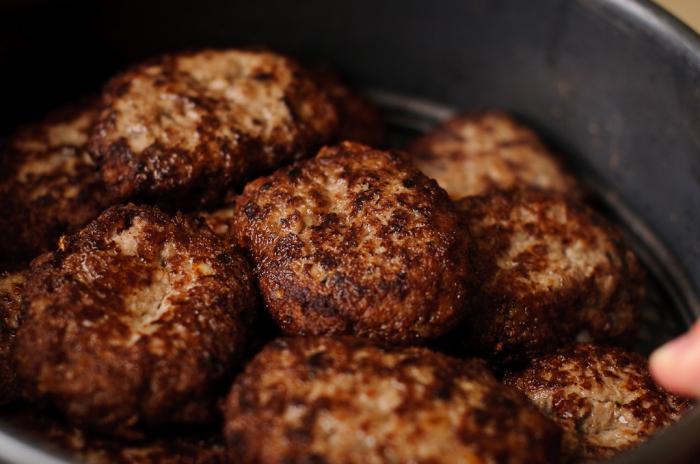 grano saraceno con polpette di carne in un fornello lento