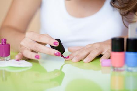 Le donne incinte possono dipingere le unghie
