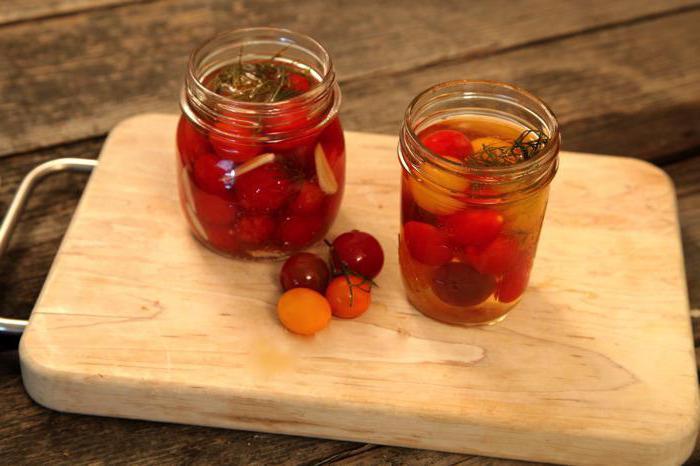 консервирани домати с растително масло и лук