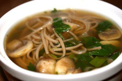 Zuppa di noodles con funghi
