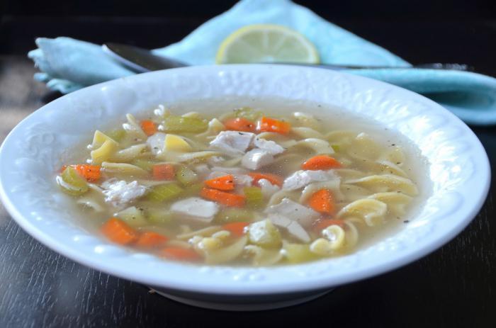 Zuppa di noodle di pollo