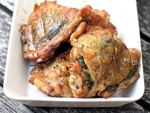 cuocere le cosce di pollo in una pentola a cottura lenta