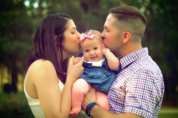 roditelji s malom kćerkom