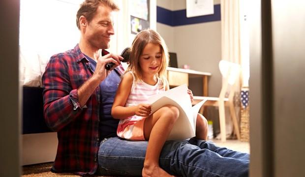 tata češlja kćerinu kosu