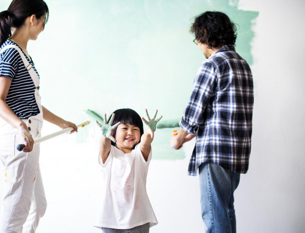 dijete je razmazalo ruke u boji
