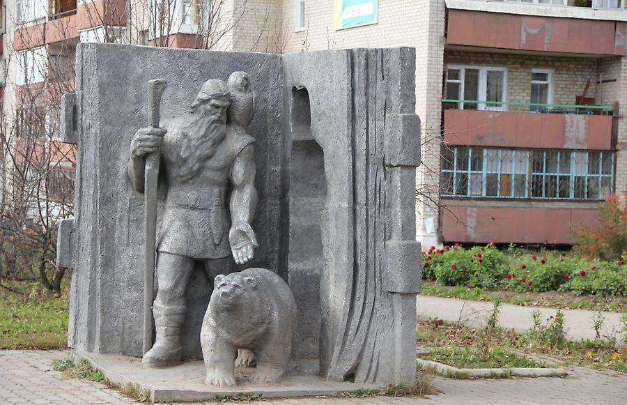 Medvědi v Uralu jsou respektováni - památník v Kudymkaru