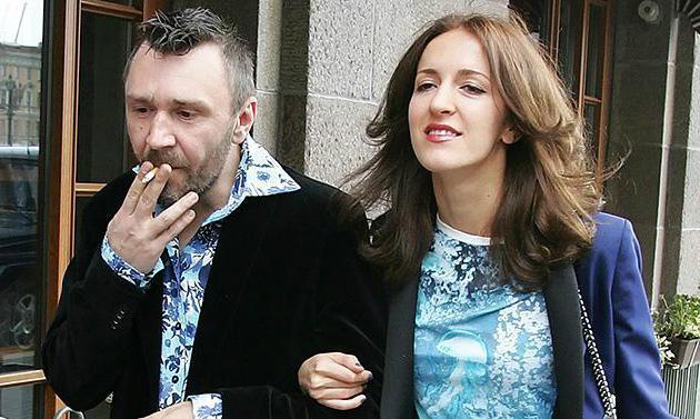 Sergey cavi con la sua foto di moglie