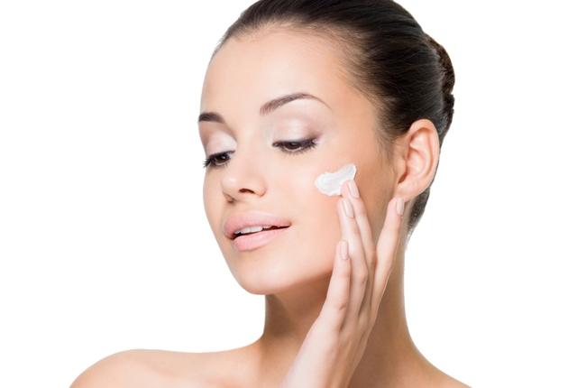applicare la crema sul viso