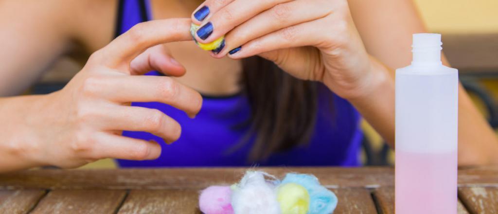 pulire lo smalto per unghie