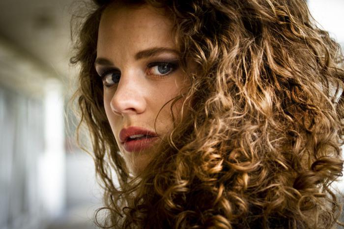 capelli ricci di media lunghezza