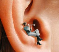 spaccare nelle orecchie
