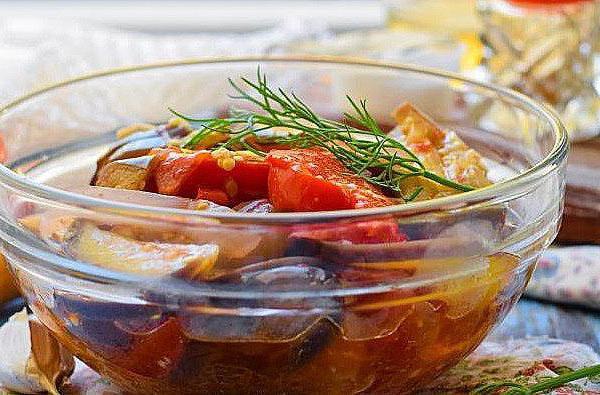 insalata con pomodori per l'inverno con una foto