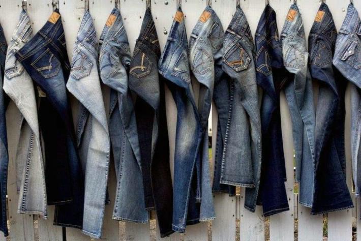Jeans di diverse tonalità