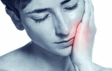 applicazione di gocce dentali
