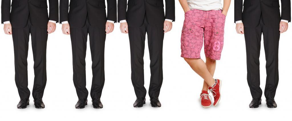 всички в панталони един в шорти