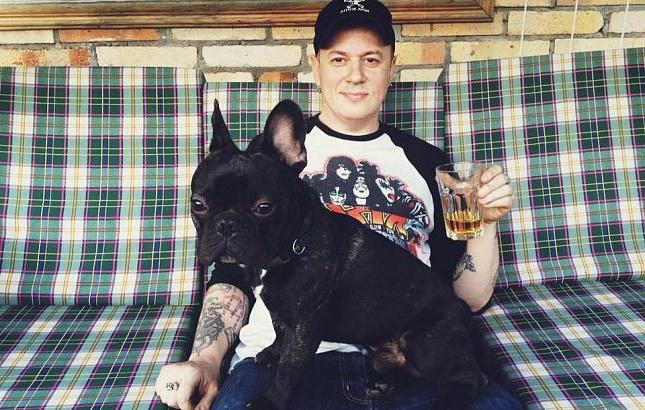 Dmitry Spirin con la sua foto di moglie