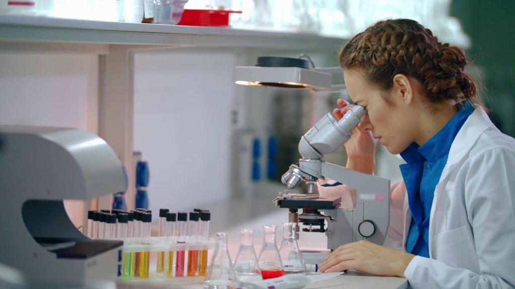 Lekarz bada materiał