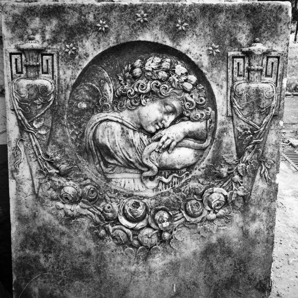 Stari nadgrobni spomenik