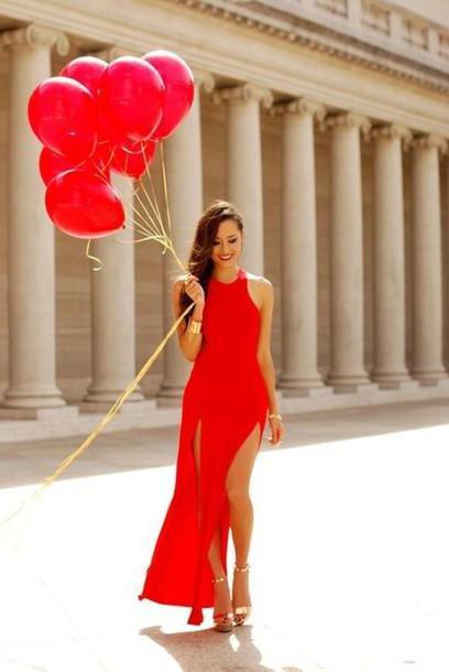 czerwone buty pod czarną sukienką