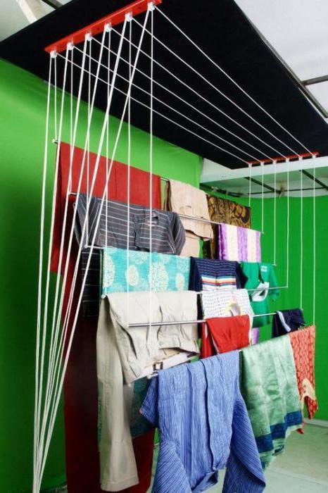 asciugatrice sul liana del soffitto del balcone
