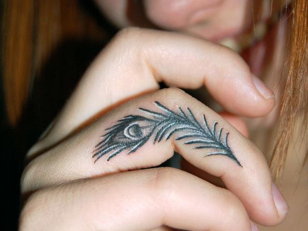tatuaggio con le dita per le ragazze