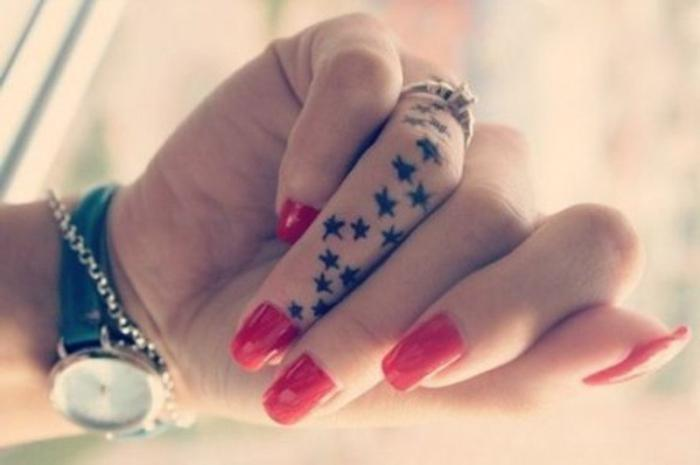 tatuaggio con le dita