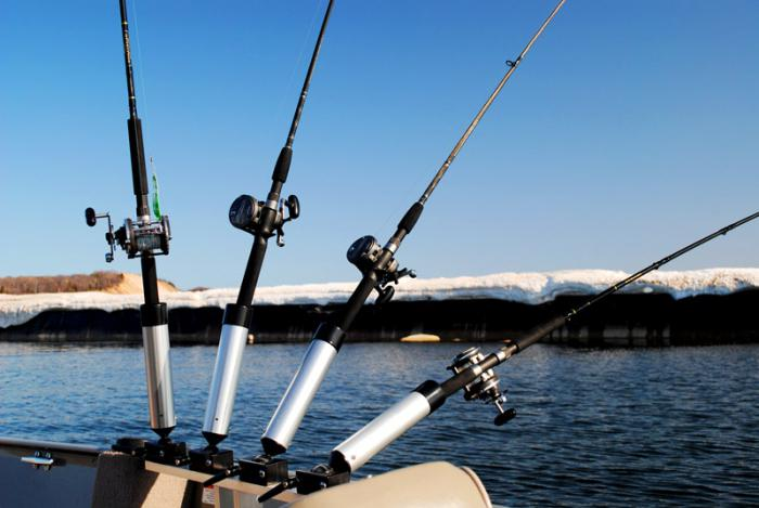 Pescando sulla tagliatella da una barca