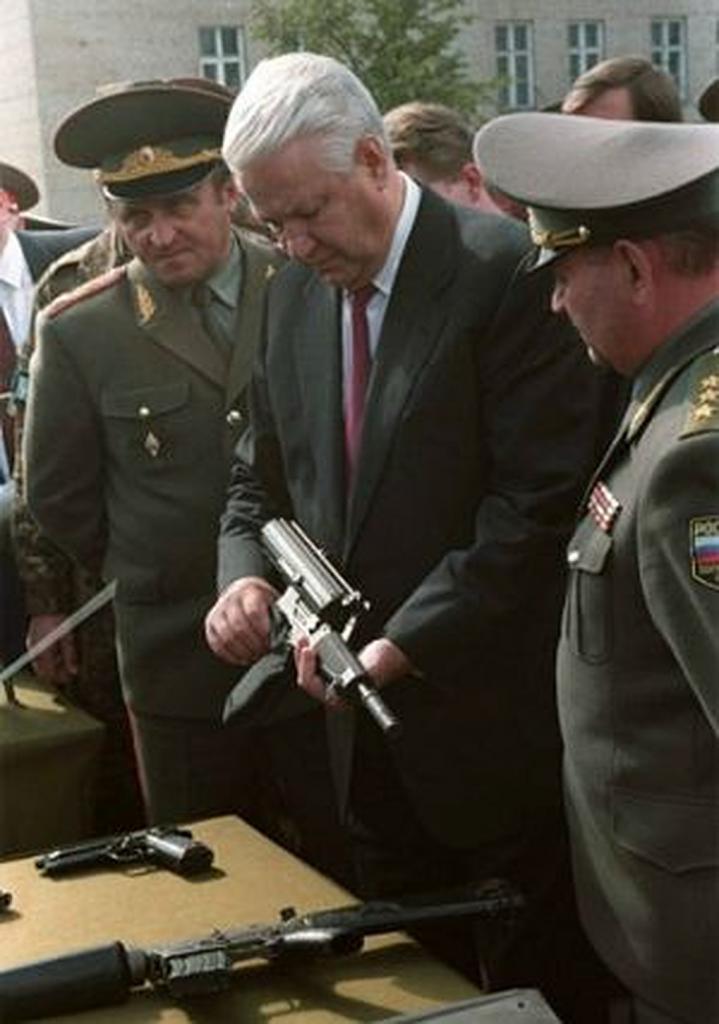 Boris Jeljcin na vojnoj izložbi