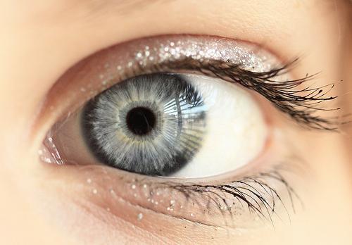 šedé oči fotografie